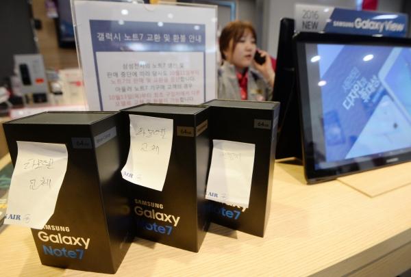 ▲배터리 발화 사태로 단종된 갤럭시노트7이 2016년 10월 서울의 한 휴대전화 매장에 회수된 모습.  뉴시스