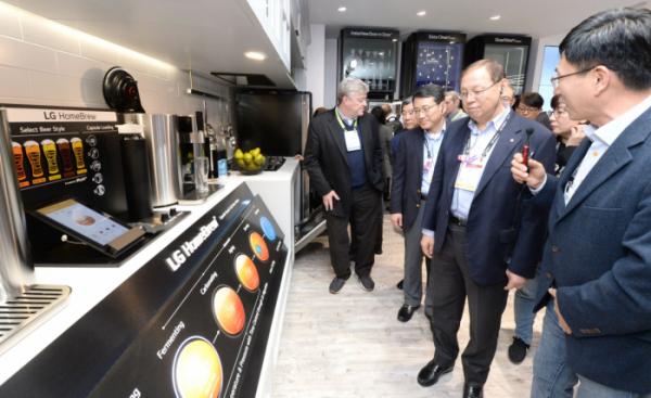▲조성진CEO부스투어_00 : LG전자 대표이사 CEO 조성진 부회장(오른쪽에서 두 번째)이 美 라스베이거스에서 열린 CES 2019에서 캡슐맥주제조기 'LG 홈브루(LG HomeBrew)'를 살펴보고 있다.(사진제공 LG전자)