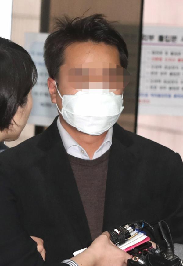 ▲후배검사를 성추행한 혐의를 받고 있는 진모 전직 검사가 지난해 3월 30일 서울 서초구 서울중앙지방법원에서 열린 구속 전 피의자심문에 출석하고 있는 모습(뉴시스)