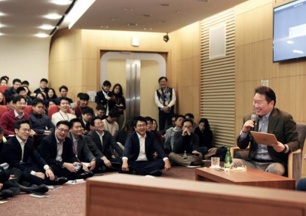 ▲최태원 SK회장이 지난 8일 서울 종로구 SK서린빌딩에서 열린 '행복 토크'에서 구성원들과 행복키우기를 위한 작은 실천 방안들에 대해 토론하고 있다.(사진제공=SK)