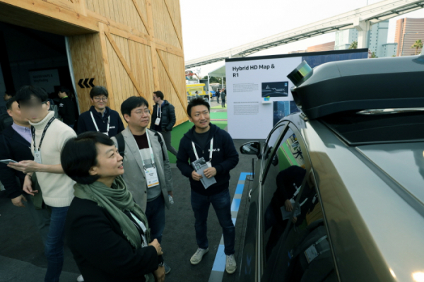 ▲CES 2019 전시장을 찾은 한성숙 네이버 대표가 고정밀 지도 매핑 차량을 점검하고 있다.(네이버)