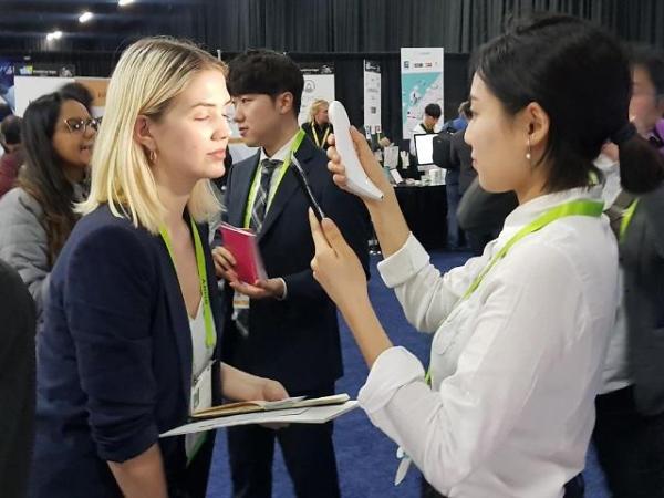 ▲CES 2019 관람객이 올해 혁신상을 수상한 인공지능 피부 관리기 '루미니'를 시연해보고 있다. 루미니를 개발한 룰루랩은 삼성전자 사내벤처 C랩 출신아다. 사진제공 차바이오F&C