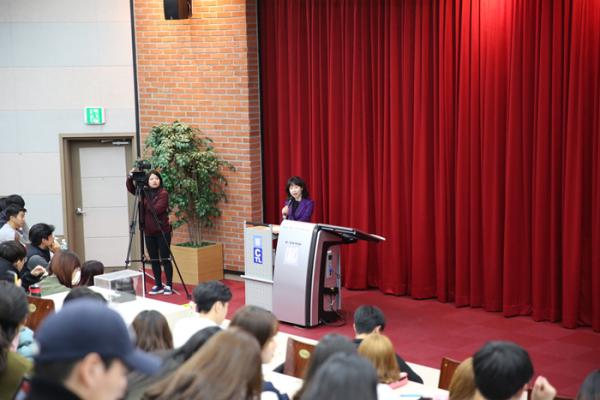 ▲곽 교수가 서울대에서 '흔들리는 20대' 강의를 하고 있는 모습.(사진제공=곽금주 교수)
