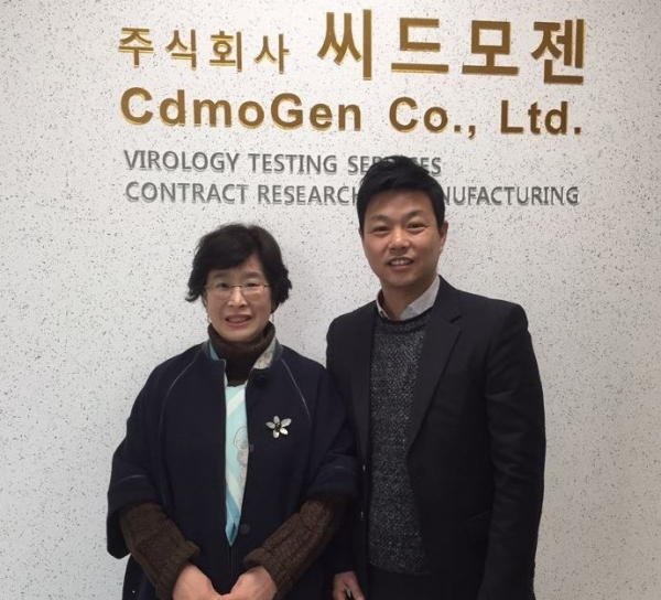 ▲ 씨드모젠 박기랑 대표(연구개발 총괄·왼쪽)와 바이오케스트 유호 이사가 계약 체결 후 기념촬영