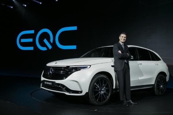▲메르세데스-벤츠 코리아는 올 한해 친환경 전기차 출시에 집중한다는 계획이다. 첫 모델인 EQC와 드미트리스 실라키스 벤츠 코리아 대표. (사진제공 벤츠-코리아)