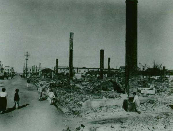 ▲1950년 625전쟁 당시 폭격을 맞은 시가지의 모습. 검게 그을린 굴뚝들만 남아 있어 이곳이 공업지대였음을 보여준다. (출처=전쟁기념관 홈페이지)