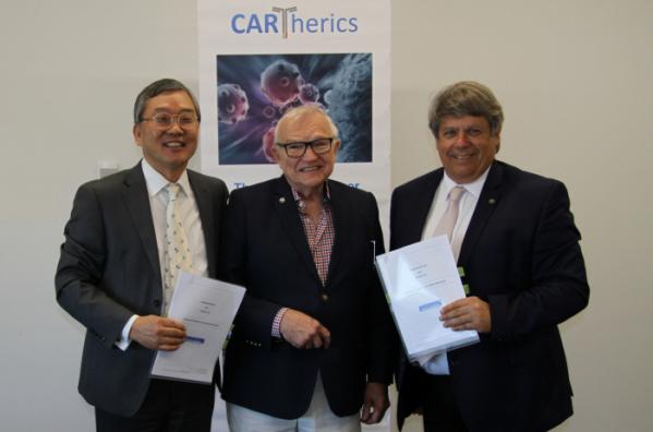 (왼쪽부터 툴젠의 김종문 대표, Cartherics의 Bob Moses COB, Alan Trounson CEO가 공동개발계약을 체결하고 있다.)