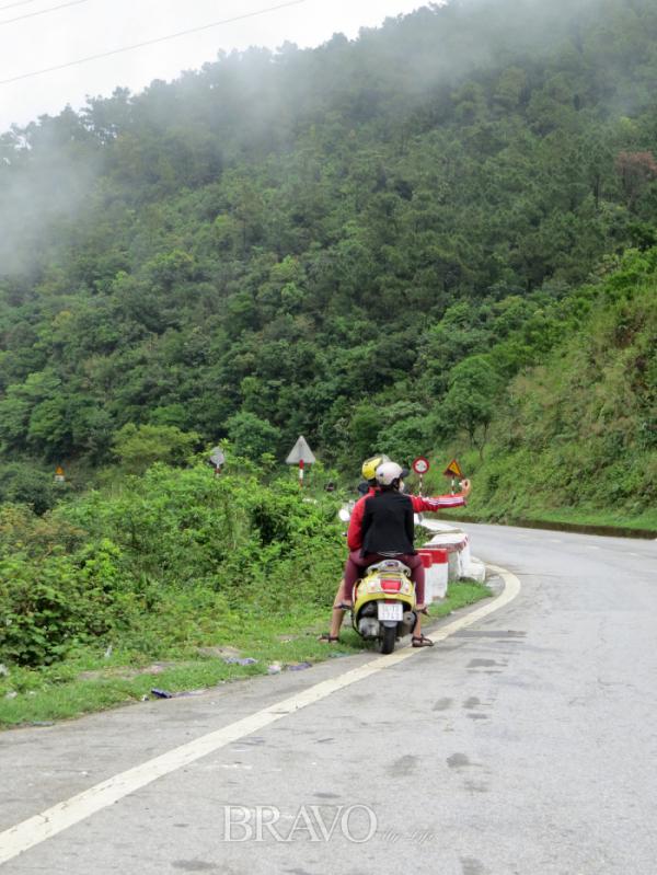▲길을 멈추고 사진을 찍는 오토바이 데이트족(이화자 작가 제공)