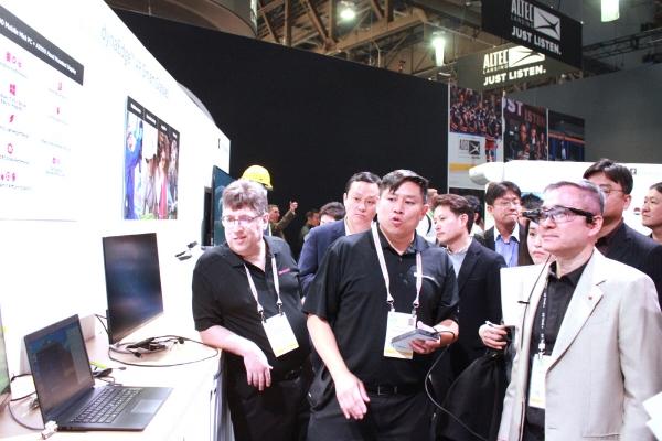 ▲하현회 LG유플러스 부회장이 AR(증강현실) 스마트 글라스를 체험하고 있다. 사진제공 LG유플러스
