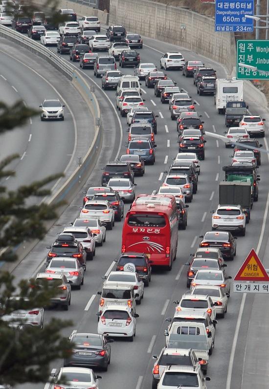▲3일 설 명절 귀경길에 오른 차량들이 고속도로에 정체된 모습. (연합뉴스)
