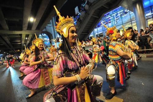 ▲태국 방콕에서 2017년 11월 15일(현지시간) 열린 퍼레이드에서 참가자들이 전통 의상을 입고 춤을 추면서 행진하고 있다. 방콕/신화뉴시스