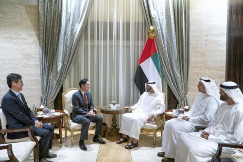 ▲ 삼성전자 이재용 부회장이 아랍에미리트(UAE) 두바이를 방문해 아부다비 왕세자와 면담했다.(아부다비 왕세자 셰이크 모하메드 빈 자예드 알 나얀의 SNS)
