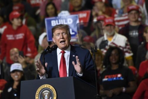 ▲도널드 트럼프 미국 대통령이 11일(현지시간) 텍사스주 엘파소에서 열린 지지자 집회에서 연설하고 있다. 미국 여야는 이날 셧다운 재발을 막기 위한 새 예산안에 원칙적으로 합의했다. 엘파소/AP연합뉴스