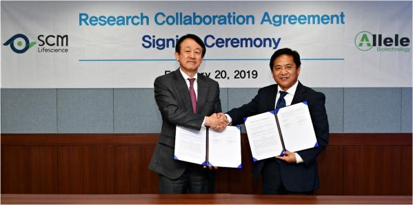 ▲이병건 SCM생명과학 대표이사(왼쪽)와 왕지우(Jiwu Wang, Ph.D.) 얼리얼 바이오텍 대표이사는 20일