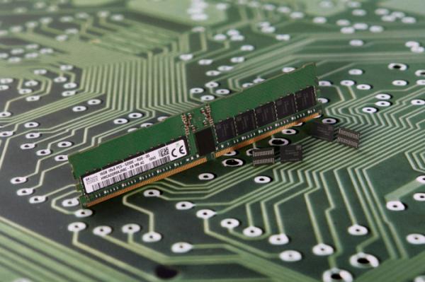 ▲SK하이닉스가 개발한 2세대 10나노급(1y) DDR5 D램. 사진제공 SK하이닉스