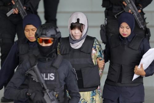 ▲김정은 북한 국무위원장의 이복형 김정남 살해 용의자 중 한 명인 베트남 국적의 도안 티 흐엉(가운데)이 지난해 8월 16일(현지시간) 말레이시아 샤알람고등법원에서 재판을 받고 나서 경찰의 호위를 받으며 떠나고 있다. 샤알람/AP뉴시스