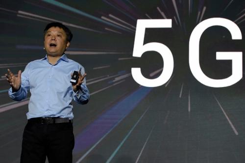 ▲세계 최대 모바일 박람회 '모바일월드콩그레스(MWC)'개막 전날 중국 스마트폰 업체 샤오미의 글로벌 확장 담당 부문장 왕샹이 자사 첫 5G 스마트폰 '미믹스3 5G'를 선보이고 있다. 바르셀로나/AFP뉴시스