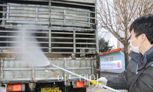 ▲방역당국이 축산 차량에 대한 소독작업을 하고 있다.(농림축산식품부)