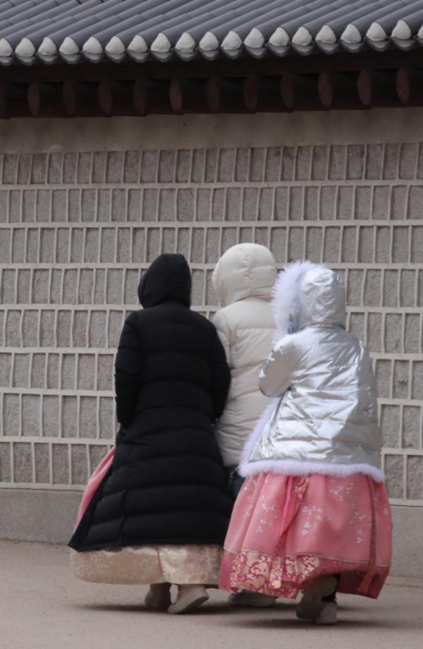 ▲추위가 찾아온 지난 1일 오후 서울 경복궁을 찾은 관광객들이 한복 위에 두꺼운 방한복을 입고 걸어가고 있다.(연합뉴스)