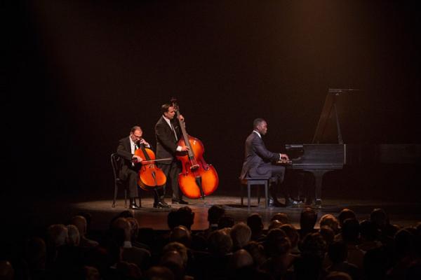▲돈 셜리는 공연을 하는 동안은 최고의 피아니스트로 대우받지만, 공연이 끝나고 무대에서 내려오는 순간 인종차별을 겪는 모순된 삶을 산다. (사진제공=CGV아트하우스)