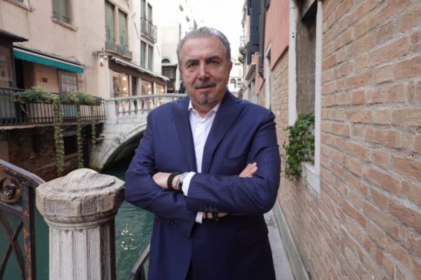 """▲안드레아 보라뇨 알칸타라 최고경영자(CEO)가 9일 베네치아에서 열린 제5회 국제 지속가능성 심포지엄에서 이투데이와 만나 """"지속가능성은 시장에서 살아남기 위한 우리의 전략적 선택이었다""""고 말했다.(사진제공=알칸타라)"""