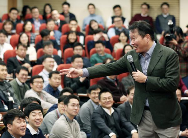 ▲최태원 SK회장이 지난 8일 서울 종로구 SK서린빌딩에서 열린 '행복 토크'에서 구성원들과 행복키우기를 위한 작은 실천 방안들에 대해 토론하고 있다. (사진 제공=SK그룹)