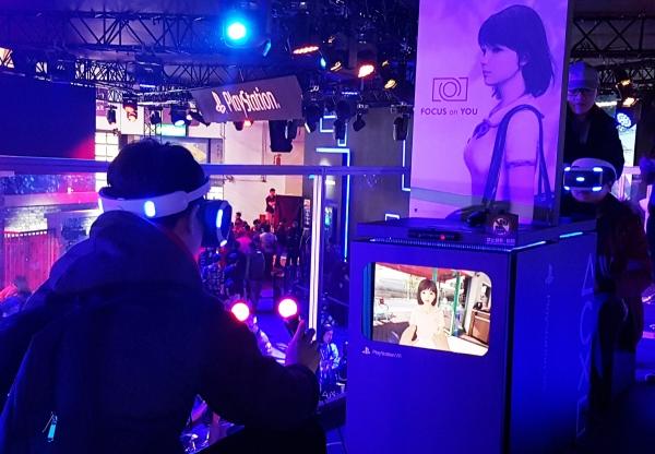 ▲타이베이 게임쇼의 스마일게이트 '포커스온유' 부스에서 한 이용자가 VR게임을 플레이하고 있다. 사진제공 스마일게이트
