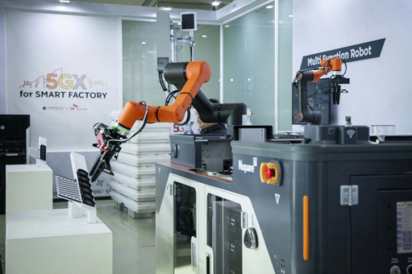 ▲지난해 경기도 안산시 스마트제조혁신센터에서 열린 SK텔레콤 5G 스마트팩토리 확산 전략 발표회에 전시된  5G 다기능 협업 로봇 모습(뉴시스)
