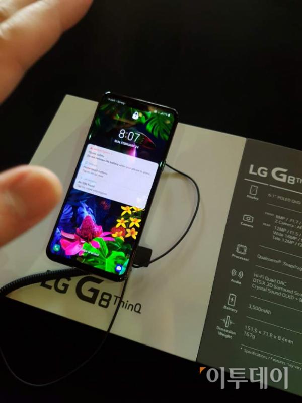 ▲LG전자 'G8 씽큐'는 세계 최초로 정맥 인식기능을 탑재했다. 카메라를 향해 손바닥을 비추기만 하면 카메라가 손바닥 안에 위치한 정맥의 위치, 모양, 굵기 등을 인식해 사용자를 식별한다.