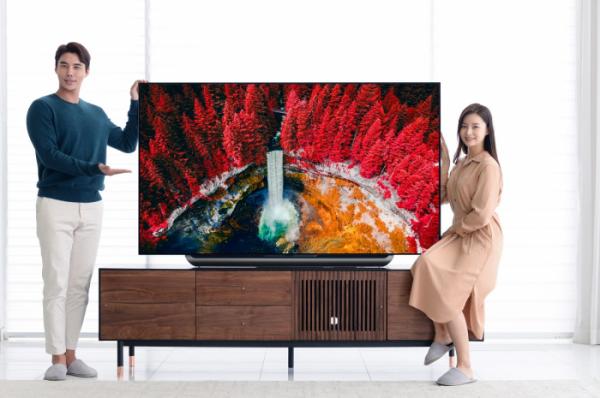 ▲모델들이 '2세대 인공지능 알파9' 프로세서로 더 강력해진 2019년형 LG 올레드 TV AI 씽큐 신제품(모델명: 77C9)을 소개하고 있다.  (사진제공=LG전자)