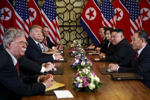 ▲도널드 트럼프 미국 대통령(왼쪽 가운데)과 김정은 북한 국무위원장이 지난달 28일(현지시간) 하노이 메트로폴 호텔 회담장에서 확대 양자 회담을 하고 있다.(하노이/AP뉴시스)