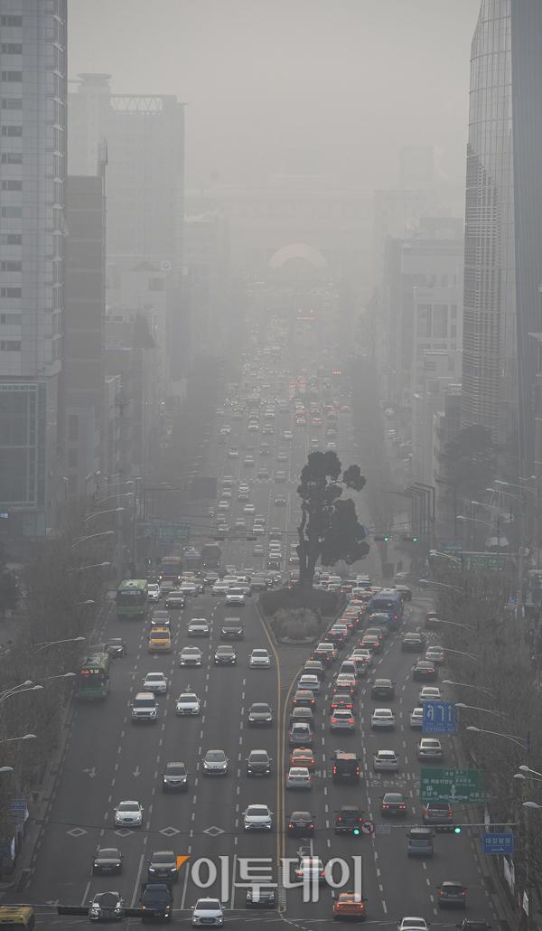 ▲미세먼지가 자욱하게 낀 서울시내 전경(이투데이DB)