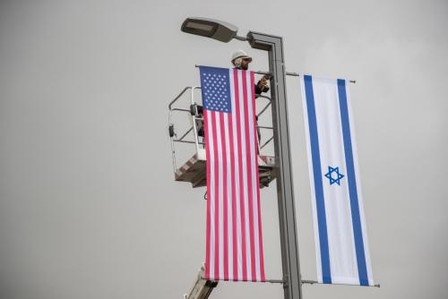 ▲지난해 5월 예루살렘의 새 미국대사관 앞에서 예루살렘 시청 직원들이 대사관 개관식을 앞두고 성조기와 이스라엘 국기를 달고 있다. 예루살렘/신화뉴시스