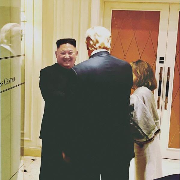 ▲새라 샌더스 미국 백악관 대변인이 제2차 북미 정상회담 직후인 2월 28일 사회관계망서비스(SNS)에 올린 사진. 김정은 위원장은 트럼프 대통령과 헤어지면서 웃음을 지었지만 회담 전의 밝고 자신감 넘치는 표정은 이미 온데간데없었다.  사진 새라 샌더스 미 백악관 대변인 SNS 캡처