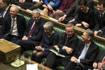 ▲14일(현지시간) 영국 하원 표결에서 '브렉시트 연기'로 결정이 나자 테리사 메이 영국 총리(가운데)가 밝게 웃고 있다. 런던/AP연합뉴스