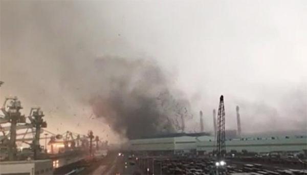 ▲15일 오후 강풍으로 현대제철 당진제철소 제품 출하장의 슬레이트 지붕이 날아가고 있다.(연합뉴스)