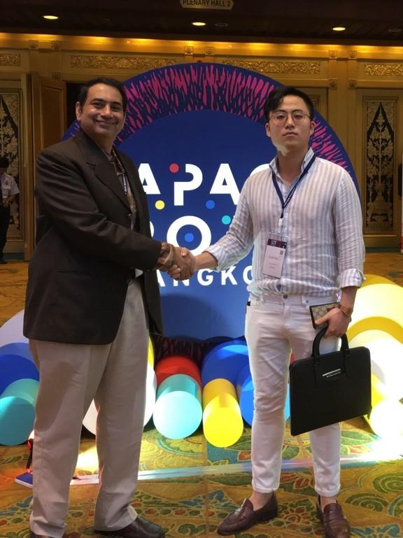 ▲인도 산카라병원 안과의사이자 구글 임상 파트너 라만 교수(왼쪽)와 메디웨일 최태근 대표 (오른쪽)(메디웨일)