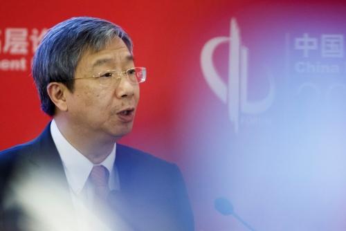 ▲24일(현지시간) 이강(易綱) 중국 인민은행 총재가 중국 베이징에서 열린 중국개발포럼에 참석해 연설하고 있다. 베이징/로이터연합뉴스