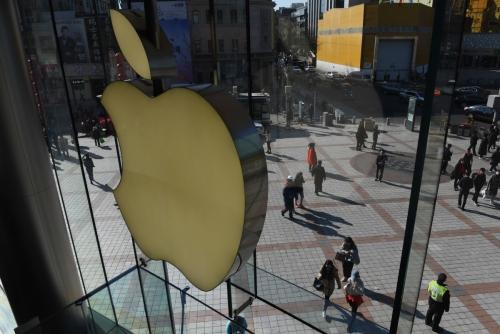 ▲7일(현지시간) 중국 베이징 왕푸징 상가의 한 애플 매장 앞에 사람들이 걸어 다니고 있다.