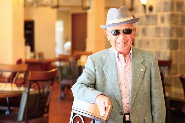 ▲탈렉스가 고령자를 대상으로 발표한 선글라스를 착용 중인 중년 남성.