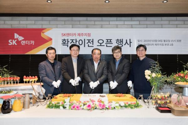 ▲전롱배(오른쪽 두 번째) SK네트웍스 렌터카부문장,  김창근(왼쪽 두 번째) SK렌터카서비스 대표. (사진 제공=SK네트웍스)