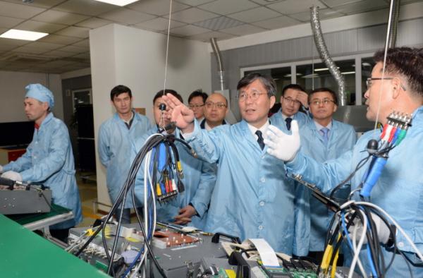 ▲성윤모 산업통상자원부 장관(가운데)이 6일(현지시간) 카자흐스탄 알마티 시에 위치한 LG전자 TV조립공장을 찾아 생산라인을 둘러 보고 있다. (산업통상자원부)