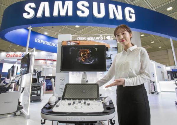 ▲ 삼성전자 모델이 프리미엄 초음파 진단기기 플랫폼 신제품 'HERA W10'을 선보이고 있다.(사진제공 삼성전자)