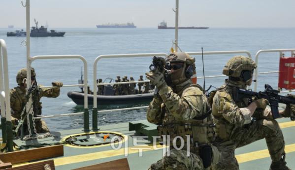 ▲청해부대원들이 해적에 피랍된 선박에 침투해 진압을 하고 있다. (사진제공=해양수산부)