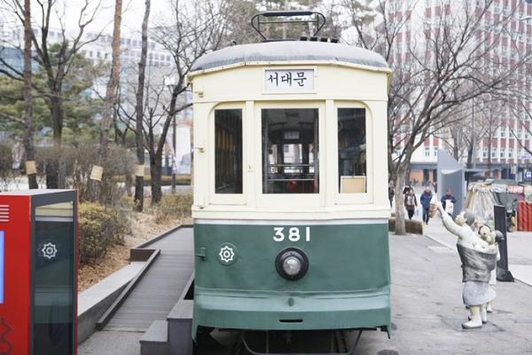 ▲서울역사박물관 앞에 시워진 노면전차. 1930년대 서울 시내를 운행한 전차 381호(등록문화재 467호)로, 복원된 형태다.(사진제공=이하 한국관광공사)