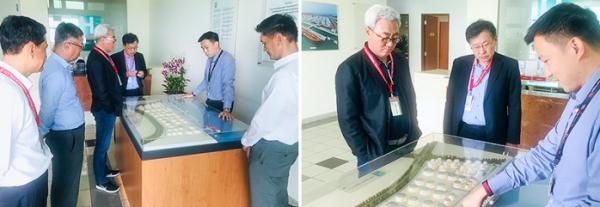 ▲SK이노베이션 김준 총괄사장(오른쪽 사진의 좌측 첫 번째)과 SK트레이딩인터내셔널 서석원사장 (오른쪽 사진의 좌측에서 두 번째)이 설명을 듣고 있다.(사진 제공=SK이노베이션)