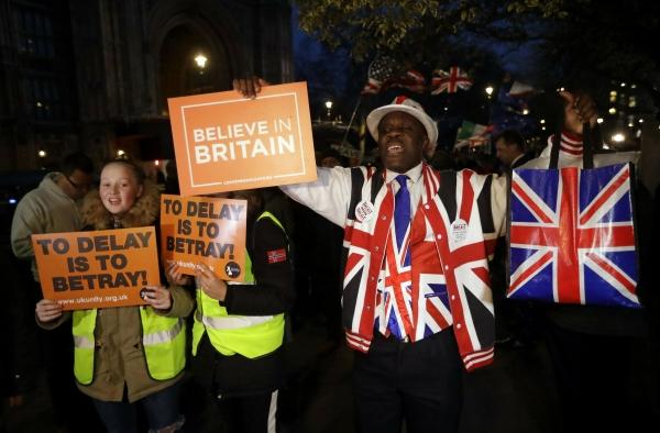 ▲브렉시트 지지자들이 14일(현지시간) 런던 의회 의사당 앞에서 반대 시위를 벌이고 있다. 이들은 이날 하원에서 브렉시트가 3개월 연기로 결정난 데 대해 거세게 반발했다. 런던/AP연합뉴스