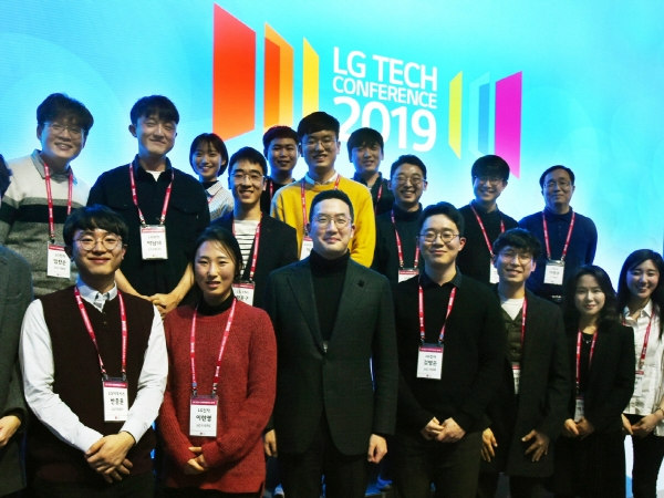 ▲올해 2월 서울 강서구 마곡 LG사이언스파크에서 열린 'LG 테크 컨퍼런스'에서 구광모 LG 대표가 초청 인재들과 함께 기념사진 촬영을 하고 있다. 사진제공 LG