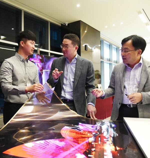 ▲구광모 LG 대표가 지난해 9월 서울시 강서구 마곡 LG사이언스파크를 방문해 윤수영 LG디스플레이 연구소장(오른쪽)과 담당 연구원과 함께 '투명 플렉시블 OLED'를 살펴보고 있다. 사진제공 LG