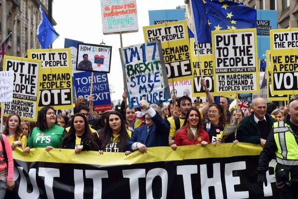▲영국 런던의 도심에서 23일(현지시간) 100만 명에 가까운 사람들이 모여 브렉시트 반대 시위 행진을 벌이고 있다. EPA연합뉴스